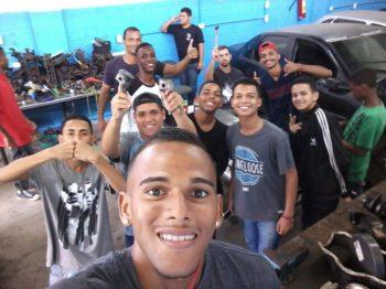 Alunos de mecânica de instituição para jovens carentes do Rio de Janeiro visitam Automec